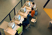 Nederland, Arnhem, 27-4 -2006..Leerlingen van een school voor voortgezet onderwijs, VO, Havo, VWO, achter de computer in de studieruimte. IT in onderwijs..Foto: Flip Franssen/Hollandse Hoogte