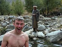En norsk mann bader i kabul River og en gjeter fra Kuchi-folket kommer for å slå av en prat, a Norwegian man is taking a bath in Kabul River and a herdsman from the Kuchi tribe comes over to have a chat