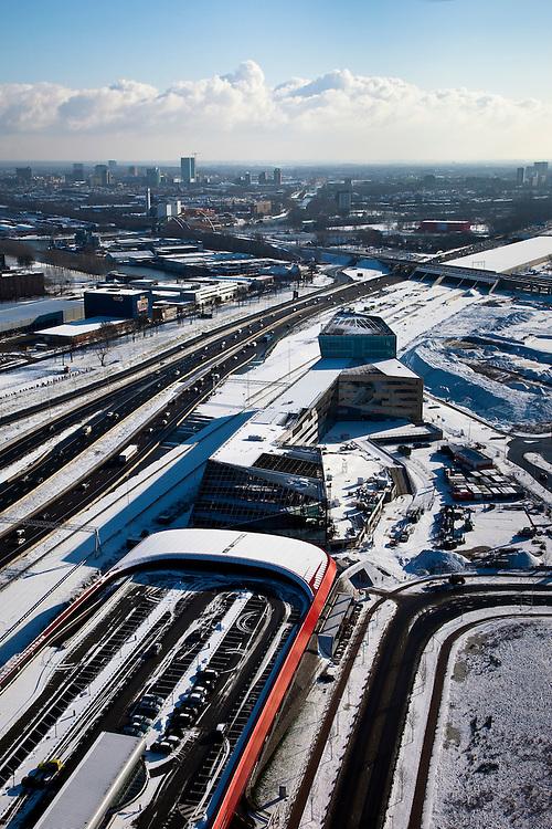 Nederland, Utrecht, Leidsche Rijn, 31-01-2010; The Wall, geluidsscherm en bedrijfsverzamelgebouw, parkeergarage met parkeerdek. Links de nieuwe A2, ook wel Leidsche Rijn Boulevard genaamd. Op het tweede plan de spoorlijn Utrecht-Gouda en de ingang van de landtunnel van de A2. Skyline Utrecht aan de horizon..The Wall, noise barrier and business center, parking garage with parking on the roof. The new A2, also called Leidsche Rijn Boulevard, left, the railway line Utrecht-Gouda with entrance to land tunnel.luchtfoto (toeslag), aerial photo (additional fee required).foto/photo Siebe Swart