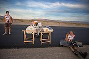 De VeloX2 wordt klaar gemaakt voor de training. Het Human Power Team Delft en Amsterdam oefent de derde dag in Battle Mountain op een nieuw stuck asfalt.<br /> <br /> The VeloX2 is being prepared for the training. The Human Power Team Delft and Amsterdam is training on a new road near Battle Mountain on the second day of their stay there.