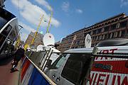 In Amsterdam worden de laatste voorbereidingen getroffen voor de troonswisseling op 30 april. <br /> <br /> The final preparations for the crowning on April 30, in Amsterdam.<br /> <br /> Op de foto / On the photo: Buitenlandse Pers is er klaar voor / Foreign Press is ready for the crowning