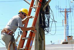 Empresas trabalham dia e noite para restaurar a energia eletrica e os telefones<br /> parados por causa dos pelo vento de até 150 Km/h do ciclone Catarina que atingiu a cidade de Torres, no litoral norte do RS, Brasil. FOTO: Jefferson Bernardes /Preview.com