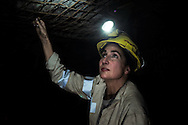 Valentina Zurro mentre controlla un indicatore che rivela lo stato di compattezza del soffitto della galleria