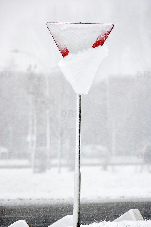 Nederland Barendrecht 23 november 2008 20081123 Foto: David Rozing ..Vandaag viel het eerste pak sneeuw dit seizoen, wat gladheid veroorzaakte op veel wegen. Besneeuwd voorrangsbord / haaientand bij voorrangsweg. ..Foto: David Rozing