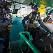 IJmuiden, 11 april 2018<br /> Port Defender 2018<br /> Terrorismebestrijdingsoefening. Ontzetting gegijzeld kustwachtschip door de dienst speciale interventies, waar special forces van het korps mariniers deel van uitmaken. Trainen van samenwerking met civiele instanties.