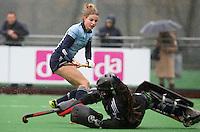 LAREN - Vickey van den Broek van Laren  met Rachelle Groot van Pinoke  tijdens de hoofdklasse competitie hockey tussen de dames van Laren en Pinoke (2-0) . COPYRIGHT KOEN SUYK