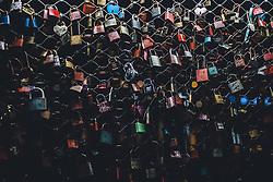 09.04.2020, Salzburg, AUT, Coronavirus in Österreich, im Bild Liebesschlösser am Makartsteg während der Coronavirus Pandemie // Love locks at Makartsteg during the World Wide Coronavirus Pandemic in Salzburg, Austria on 2020/04/09. EXPA Pictures © 2020, PhotoCredit: EXPA/ JFK