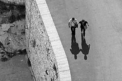 Castro Marina - Salento - Puglia - Strada che conduce al porto: due persone lasciano la piazza verso il porto.
