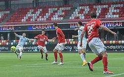Jeppe Kjær (FC Helsingør) afslutter foran Rasmus Carstensen (Silkeborg IF) og udligner til 2-2 under kampen i 1. Division mellem Silkeborg IF og FC Helsingør den 21. november 2020 i JYSK Park (Foto: Claus Birch).