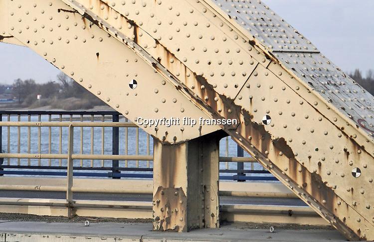 Nederland, Nijmegen, 21-7-2020  De waalbrug moet nog even wachten op een nieuwe lik verf. Dit tot groot ongenoegen van de gemeente. Het bleek dat de oude verf chroom6 bevat waardoor de renovatie wordt uitgesteld vanwege extra veiligheidsmaatregelen en oplopende extra kosten . . De brug is gebouwd in 1936 en was toen de langste boogbrug van Europa Op vele plaatsen op de brug is de roest zichtbaar.Foto: ANP/ Hollandse Hoogte/ Flip Franssen