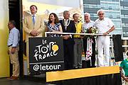 Uitreiking Gele trui na eerste etappe in Utrecht na de individuele tijdrit van 13,8 km.<br /> <br /> Presentation Yellow jersey after the first stage in Utrecht after the individual time trial of 13.8 km.<br /> <br /> Op de foto / On the photo:  Koning Willem Alexander , minister Edith Schippers , Burgemeester Jan van Zanen , Tourwethouder Jeroen Kreijkamp  , Wielrenners Joop Zoetemelk en Jan Janssen