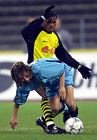 Fotball: 17.11.2001. Bundesliga.  TSV 1860 München - Borussia Dortmund, Dortmunds Sunday Oliseh gegen Müncherns Erik Mykland. <br /><br />Foto: Jan Pitman, Digitalsport
