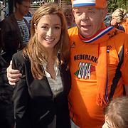 NLD/Amstelveen/20060518 - Bus van  het nieuwe SBS6 programma Hart voor Oranje, Rebecca Loos met oranje fan