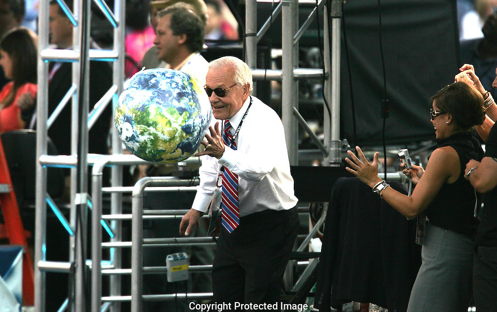 Bob Schieffer, CBS, plays ball with the crowd on the final night of the Democratic Convention, August 28,2008.  Photograph by Dennis Brack