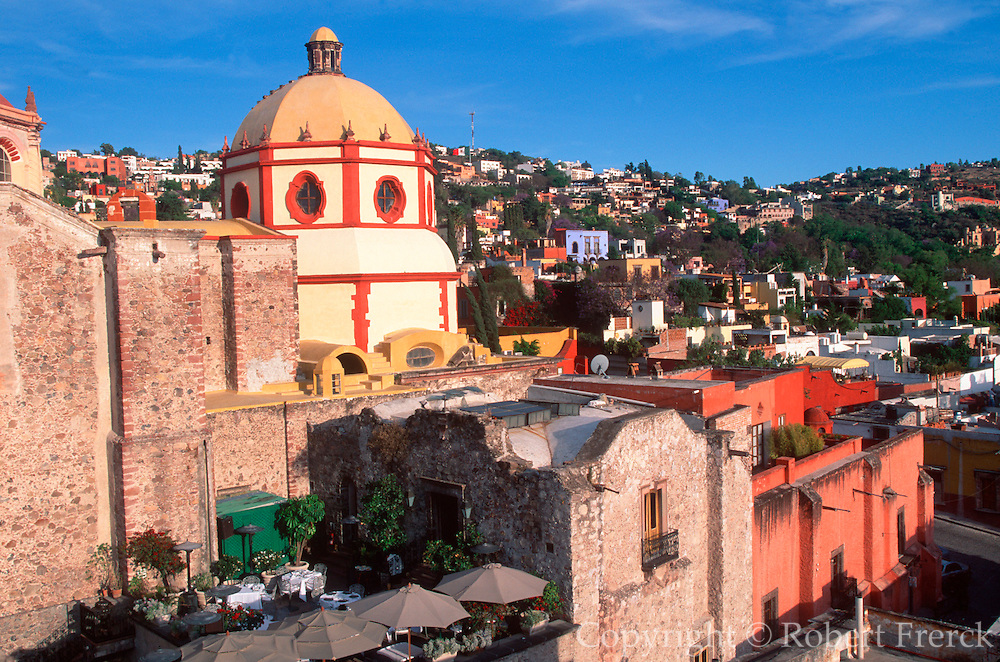 MEXICO, SAN MIGUEL ALLENDE Parroquia and homes of foreigners