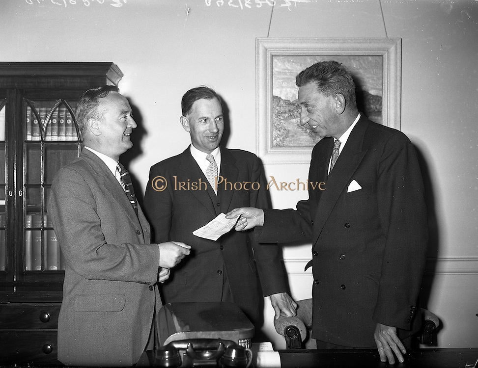 20/05/1959<br /> 05/20/1959<br /> 20 May 1959<br /> Presentation by C.I.E. chairman at Kingsbridge Station (Heuston), Dublin. Image shows Presentation by Mr Tod Andrews, Chairman of C.I.E., to Mr O'Dell. Included is Mr. Grace.