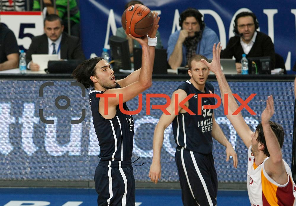Anadolu Efes's Sasha Vujacıc (L) during their Turkish Airlines Euroleague Basketball Top 16 Game 1 match Anadolu Efes between Galatasaray at Sinan Erdem Arena in Istanbul, Turkey, Thursday, January 19, 2012. Photo by TURKPIX