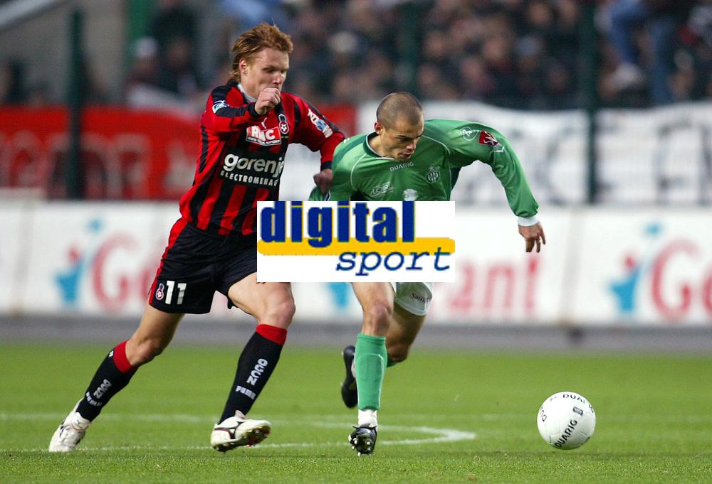 Fotball<br /> Frankrike 2004/05<br /> Saint Etienne v Nice<br /> 6. november 2004<br /> Foto: Digitalsport<br /> NORWAY ONLY<br /> DAVID HELLEBUYCK (ST-E) / EDGARAS JANKAUSKAS (NICE)