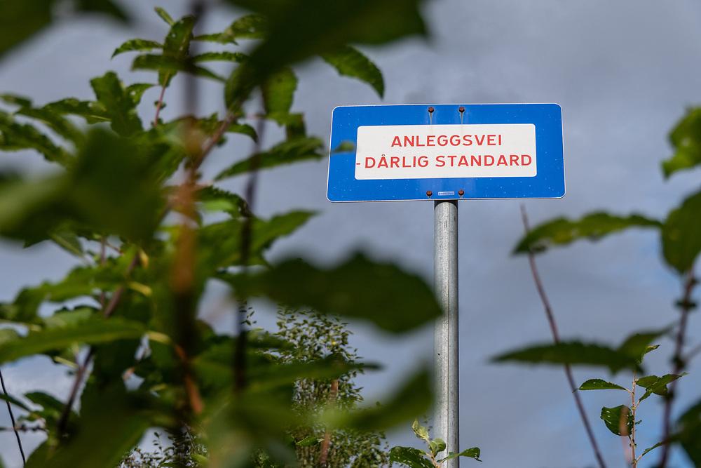 Skilting som varsler om anleggsvei med dårlig standard.