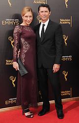 Lou Diamond Phillips, Yvonne Phillips bei der Ankunft zur Verleihung der Creative Arts Emmy Awards in Los Angeles / 110916 <br /> <br /> *** Arrivals at the Creative Arts Emmy Awards in Los Angeles, September 11, 2016 ***