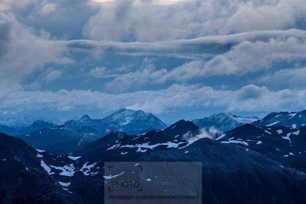 Wolken an den Bergkämmen der Livigno-Alpen, Diavolezza in der Morgendämmerung, Pontresina, Engadin, Graubünden, Schweiz<br /> <br /> Clouds on the ridges of the Livigno Alps, Diavolezza, Pontresina, Engadin, Graubünden, Switzerland