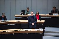 DEU, Deutschland, Germany, Berlin, 02.04.2020: Berlins Regierender Bürgermeister Michael Müller (SPD) bei einer Plenarsitzung im Abgeordnetenhaus von Berlin. Aktuelle Stunde zu den wirtschaftlichen und sonstigen finanziellen Hilfen in der Corona-Krise. Um Ansteckungen mit dem Coronavirus zu vermeiden, sitzen die Politiker mit Abstand zueinander.