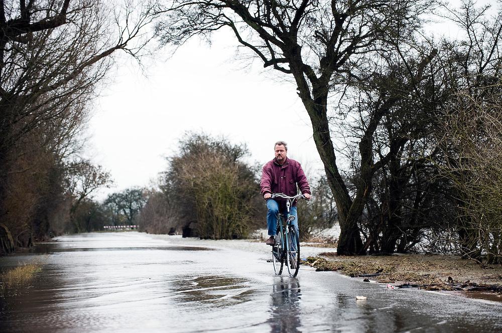 Nederland, Amerongen, 15 jan 2011.Hoog water in de Nederrijn. Een weggetje bij Amerongen wordt overstroomd door water van de Nederrijn. Het waterpeil staat erg hoog door smeltwater uit Duitsland.. ..Foto (c)  Michiel Wijnbergh