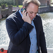 NLD/Haarzuilens/20120425 - Opening tentoonstelling Bruidjes van de Haar, Frans Bauer aan de telefoon