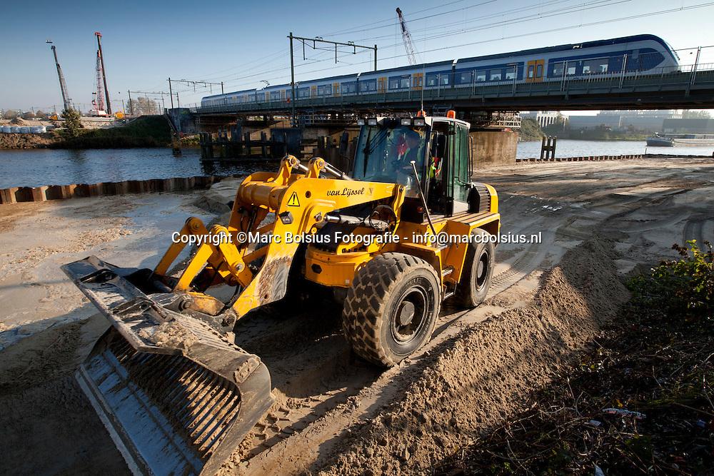 den bosch, deze week is het spoor nijmegen -denbosch afgesloten voor de reguliere treindiensten. op de boschdijk wordt zand gelegd dat 2 jaar in moet klinken voor de nieuwe spoowegovergang