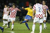 Fotball<br /> VM 2006<br /> Brasil v Kroatia / Croatia<br /> Foto: imago/Digitalsport<br /> NORWAY ONLY<br /> <br /> 13.06.2006 <br /> <br /> Kaka (Brasilien, Mitte) erzielt den Treffer zum 1:0 gegen Niko Kranjcar (Kroatien, li.)