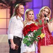 NLD/Hilversum/20110318 - Sterren Dansen op het IJs show 8, Vivian Reijs en Nick Keagan luisterend naar het Jury commenaar, Vivian met rode roos