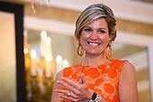 Koningin Maxima reikt Appeltjes van Oranje uit
