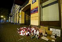 Suwalki, 25.10.2020. Protest kobiet przeciwko wyrokowi Trybunalu Konstytucyjnego zaostrzajacego prawo aborcyjne. N/z znicze ustawione pod biurem poselskim Jaroslawa Zielinskiego jednego z baronow PiS na Podlasiu fot Michal Kosc / AGENCJA WSCHOD