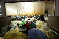 03 JAN 2012, BERLIN/GERMANY:<br /> Sortierung von Hand fuer Anfall / Wertstoffe aus der Gelben Tonne, Alba Recycling GmbH, Berlin-Mahlsdorf<br /> IMAGE: 20120103-01-009<br /> KEYWORDS: Wertstoffe, Recycling, Alba Group, Urban Mining, Gelber Sack, Gruener Punkt, Grüner Punkt, Duales System, Muell. Müll. Verwertung