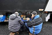 Nederland, A1, Losser, 24-1-2012Op een parkeerplaats aan de grens staan verschillende vrachtwagens uit diverse landen van Europa, met vooral chauffeurs uit Polen en andere oost europese landen. De chauffeurs nemen hun verplichte rusttijd, of melden zich bij het kantoor van de douane om hun papieren van de lading te laten zien. Een chauffeur en bijrijder uit Wit-Rusland eten hun maaltijd nij de truck.In a parking lot are several trucks from various countries of Europe, especially from the new countries, eastern europe. The riders take their mandatory rest period.Foto: Flip Franssen/Hollandse Hoogte