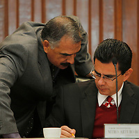 Toluca, Mex.- Arturo Bolio y Policarpo Montes de Oca durante sesión extraordinaria del Consejo General del Instituto Electoral del Estado de México  se aprobó el Convenio de Apoyo y Colaboración que se suscribirá con el Instituto Federal Electoral para la celebración de la llamada elección coincidente, esto a tan solo 48 horas de iniciar formalmente el Proceso Electoral 2012. Agencia MVT / Crisanta Espinosa. (DIGITAL)<br /> <br /> NO ARCHIVAR - NO ARCHIVE