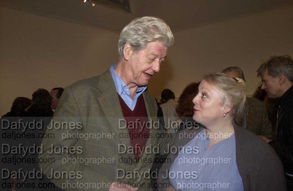 Gillon Aitken, Andrew Barrow book party, Redfern Gallery, London. 20 November 2002. © Copyright Photograph by Dafydd Jones 66 Stockwell Park Rd. London SW9 0DA Tel 020 7733 0108 www.dafjones.com