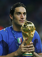 Fotball<br /> VM 2006<br /> Finale<br /> Frankrike v Italia<br /> 09.07.2006<br /> Foto: Witters/Digitalsport<br /> NORWAY ONLY<br /> <br /> Luca Toni mit Pokal Italien Fussball Weltmeister 2006<br /> Fussball WM 2006 Finale Italien - Frankreich 6:5 n.E.