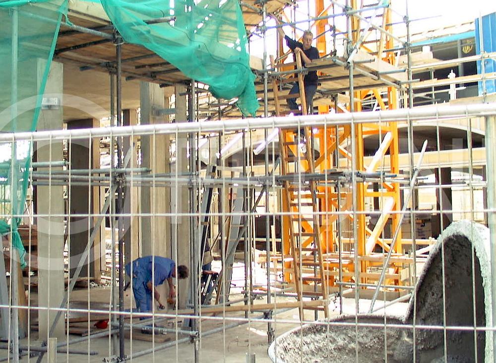Fotografie Frank Uijlenbroek©2001/Frank Brinkman.010725 raalte ned.ondanks de bouwvak werken bouwlieden toch door aan het schip in het centrum.fu010725_06