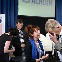 Nederland, Achlum , 28 mei 2011..Conventie van Achlum..Achmea bestaat dit jaar 200 jaar. In dit jubileumjaar gaat Achmea terug naar haar roots: het Friese dorpje Achlum. Op 28 mei vindt daar de Conventie van Achlum plaats. Zo'n 2000 mensen gaan daar met elkaar in gesprek over de toekomst van Nederland binnen de thema's: veiligheid, mobiliteit, arbeidsparticipatie, pensioen en gezondheid. Dit doen we met top sprekers uit de politiek en wetenschap maar ook met mensen zoals jij..Op de foto opiniepeiler  Hans Anker, Marjolein Verstappen, directeur Zorginkoop Achmea.Foto:Jean-Pierre Jans