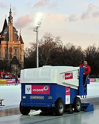 06-01-2011 SCHAATSEN: EC ALLROUND: BUDAPEST<br /> 500 meter / prepare the ice for the 500 meters<br /> ©2011-FotoHoogendoorn.nl