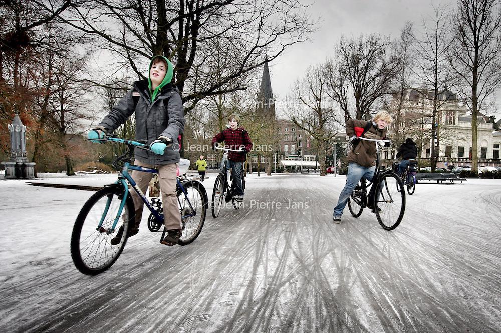 Nederland, Amsterdam , 5 januari 2010...Fietsers glijden over het fietspad in het Vondelpark als gevolg van IJzel...Foto:Jean-Pierre Jans