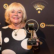 NLD/Hilversum/20170119 - Start inloop 11de Radio Gala 2016, Tineke de Nooij neemt de Marconi Oeuvre Award in ontvangst