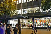 Nederland, Nijmegen, 18-7-2017 Vestiging van Topshelf in het voormalig VenD pand wordt alweer gesloten. De huur was dermate hoog dat de directie er in deze vestiging, filiaal, de stekker uit trekt.  De winkelketen verkoopt diverse sport en casual producten, waaronder voor een groot deel kleding voor dames, heren en kinderen en aanverwante accessoires zoals tassen, sjaals, schoenen en laarzen, cosmetica en parfum, elektronica, schoolartikelen, sportartikelen en reisartikelen. Topshelf werkt ook met een shop-in-shopformule . Foto: Flip Franssen