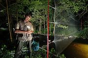 Lutz Ittermann Forscher für Fledermäuse - UNB Landkreis Oder-Spree. Er hat einen Großen Abendsegler (Nyctalus noctula) gefangen und hält ihn in seiner Hand dicht am Körper, damit sich das Tier beruhigt.