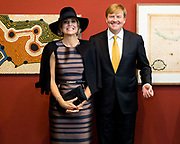 Koning Willem-Alexander en koningin Maxima tijdens de opening van de tentoonstelling Mapping Australia in het Aboriginal Art Museum (AAMU) in Utrecht. Het koningspaar bezoekt de tentoonstelling in aanloop naar de staatsbezoeken aan Australie en Nieuw-Zeeland. <br /> <br /> King Willem-Alexander and Queen Maxima at the opening of the exhibition Mapping Australia in the Aboriginal Art Museum (AAMU) in Utrecht. The royal couple will visit the exhibition in preparation for the state visit to Australia and New Zealand.<br /> <br /> Op de foto / On the photo: