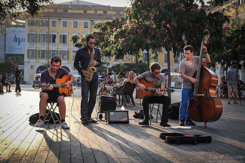 Live jazz band performing in place Massena in Nice.