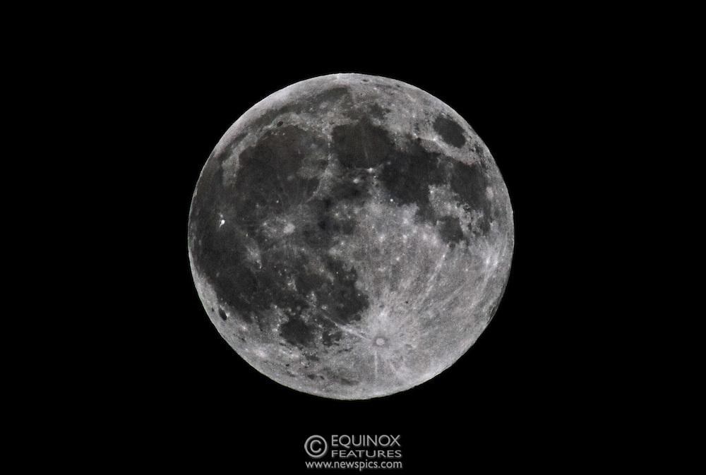 London, United Kingdom - 10 November 2011.The full moon on 20111110 at Shoreditch, London, England, UK..Copyright: ©2011 Equinox Licensing Ltd. +448700 780000 - Contact: Equinox Features - Date Taken: 20111110 - Time Taken: 205758+0000 - www.newspics.com
