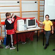 Overhandiging computer aan de Wilhelminaschool door de PTT