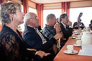 Op de voorgrond burgemeester Marga Waanders van de gemeente Dongeradeel (Dokkum) en Otto Overdijk beheerder Waddengebied van Natuurmonumenten tijdens een presentatie bij het werkbezoek van deltacommissaris Wim Kuijken aan het Waddengebied.